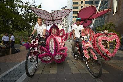Нико Росберг и Льюис Хэмилтон катаются на цветочных велосипедах по Куала-Лумпуру перед Гран-при Малайзии 2014
