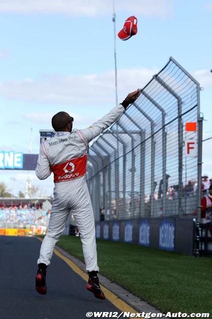 Льюис Хэмилтон бросает кепку болельщикам на трибунах Альберт-Парка на Гран-при Австралии 2012