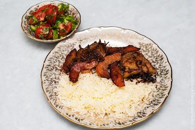 плов со свининой и салат из свежих овощей