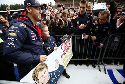 Себастьян Феттель с молодым болельщиком с баннером на Гран-при Бельгии 2014