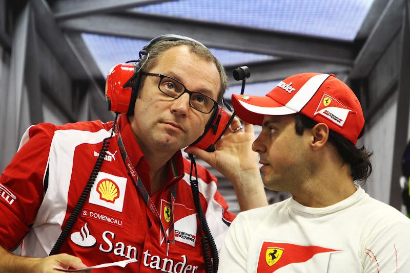 Фелипе Масса говорит что-то Стефано Доменикали в боксах Ferrari на Гран-при Сингапура 2011