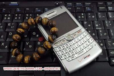 Bán blackberry 8830, blackberry 8830, blackberry 8830 giá rẻ, blackberry giá rẻ, bán blackberry 8830 giá rẻ, bán blackberry giá rẻ, bán bb 8830, bán bb 8830 giá rẻ, bán điện thoại nghe gọi giá rẻ, bán điện thoại blackberry, bb 8830, bán blackberry 8830 hà nội, bán blackberry giá rẻ tại hà nội, bán bb 8830 hà nội đà nẵng BlackBerry 8830 đẹp long lanh như mới, main máy móc zin nguyên bản. Dòng Blackberry 8830 là dòng sản phẩm lai, dành cho cả nhà mạng GSM và CDMA, sóng gió cực tốt và chất lượng âm thanh cuộc gọi xuất sắc, độ bền cao, minh chứng cho tới hiện nay, máy vẫn hoạt động rất tốt. Chất lượng cuộc gọi của BB 8830 tốt nhờ chức năng lọc tiếng ồn của máy,  Loa thoại nghe gọi cực ấm, có chức năng kích bosst bass cho tiếng thoại ấm và thật hơn. Micro có khả năng thu giọng nói ở khoảng cách xa và cho ra chất lượng âm thanh rõ. Dù hiện tại dòng BB 8830 đã không còn BlackBerry sản xuất nữa nhưng chất lượng của những chiếc máy cũ vẫn còn rất tốt, chất lượng phải nói là nồi đồng cối đá. Blackberry 8830 đang được bán qua: DIENTHOAI9999.COM, một trong những địa chỉ quen thuộc với dân chơi Blackberry. Do sản phẩm là hàng cũ, đã qua sử dụng, vỏ xước xấu nên mình đã thay vỏ mới cho anh em rồi nhé, máy đẹp long lanh, nội thất bên trong thì đảm báo nguyên bản, không sửa chữa thay thế, thật ra với giá bán hiện nay, ngang giá máy đen trắng thì chẳng ai sửa chữa làm gì cho mất công, nói thẳng luôn cho anh em hiểu nhé  Giá: 500.000 (máy, pin, sạc) Liên hệ: 0904.691.851 ĐC: Số 7/8/389 Lạc Long Quân, HN Bảo hành 1 đổi 1 trong 1 tháng luôn cho anh em yên tâm  BB8830 là 1 trong 3 phiên bản 88xx (8800, 8820 và 8830). Cũng như những máy khác thuộc dòng 88xx, BB8830 là dòng có thời lượng pin được đánh giá đứng đầu trong những sản phẩm của Blackberry. Được phân phối bởi nhà mạng Verizon của Mỹ, máy có kiểu dáng khỏe và chắc chắn, main zin nguyên bản, hình thức likenew.  Với những fan BlackBerry chính cống và có thâm niên, không thể không biết đến chiếc BlackBerry 8830, một trong những chiế