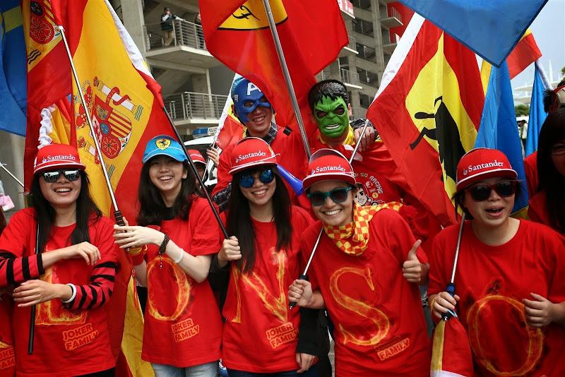 болельщики Фернандо Алонсо Халк и Капитан Америка на Гран-при Китая 2014