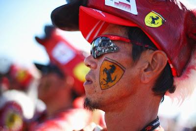 болельщик Ferrari в костюме с лошадью на голове на Гран-при Японии 2013