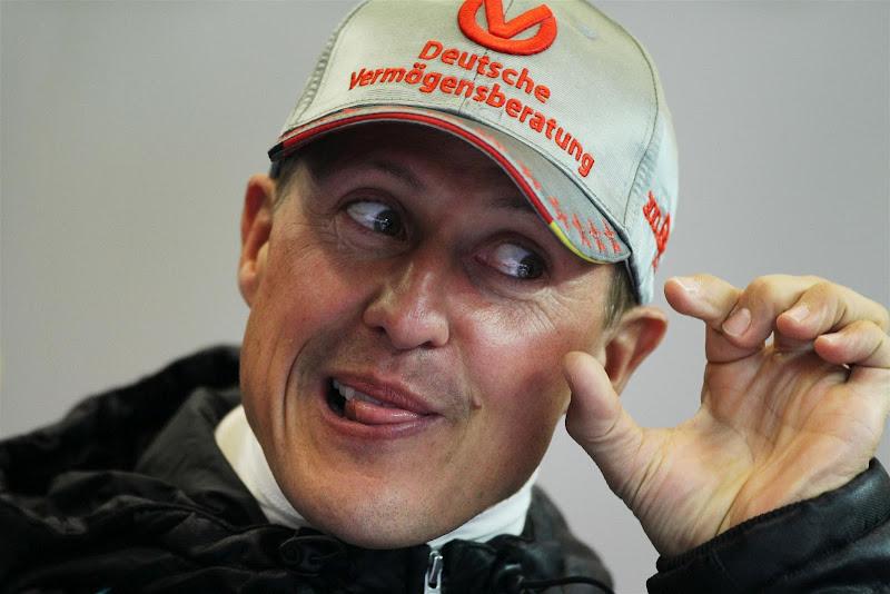 Михаэль Шумахер изображает что-то на Гран-при Бельгии 2012