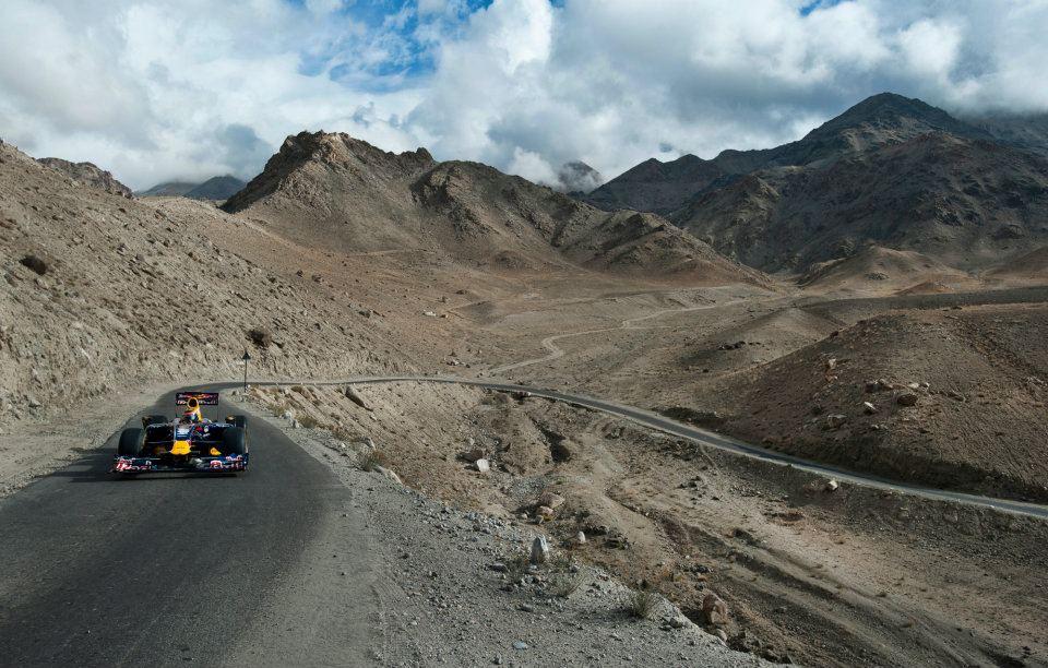 Нил Яни ведет свой Red Bull по горным дорогам Кашмира