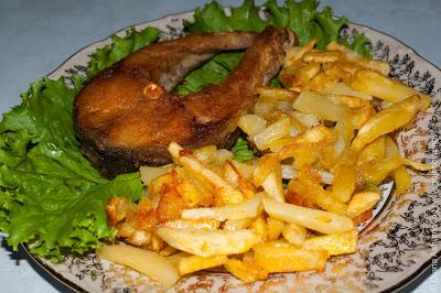 жареная рыба с жареной картошкой