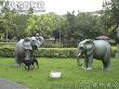公園裡有斑馬和大象實在太不搭了!
