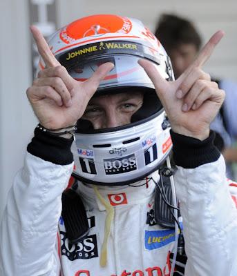 Дженсон Баттон показывает победный символ на Гран-при Японии 2011