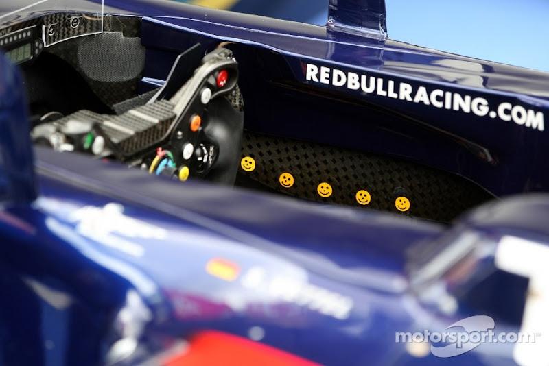 смайлики в кокпите Red Bull на Гран-при Германии 2011