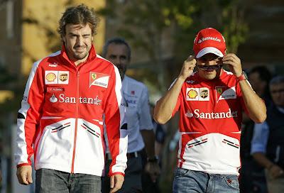 Фелипе Масса и Фернандо Алонсо - группировка шагает по паддоку Гран-при Кореи 2013