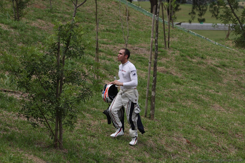 Пастор Мальдонадо после схода на Гран-при Бразилии 2011