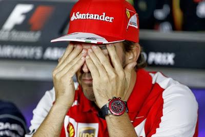 Фернандо Алонсо закрывает глаза на пресс-конференции Гран-при Абу-Даби 2013