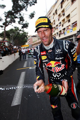 Марк Уэббер разбрызгивает шампанским после победы на Гран-при Монако 2012