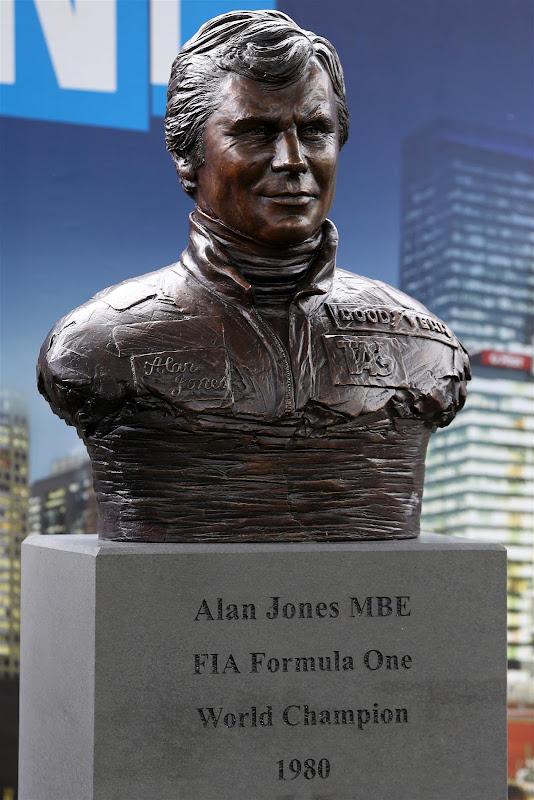 бюст Алана Джонса в Альберт-Парке на Гран-при Австралии 2013
