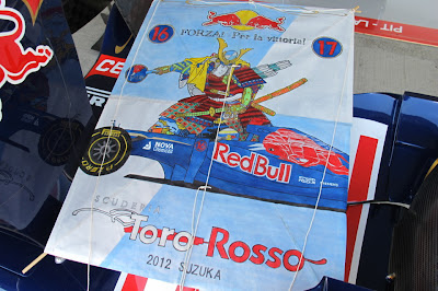 картина Forza Toro Rosso от болельщиков Сузуки на Гран-при Японии 2012