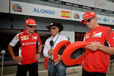 Фернандо Алонсо и Кими Райкконен в ковбойских шляпах от Марио Андретти на Гран-при Италии 2014