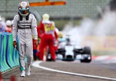 Льюис Хэмилтон на фоне горящего Mercedes на Гран-при Венгрии 2014