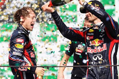 Марк Уэббер обливает Себастьяна Феттеля шампанским на подиуме Гран-при Бразилии 2011