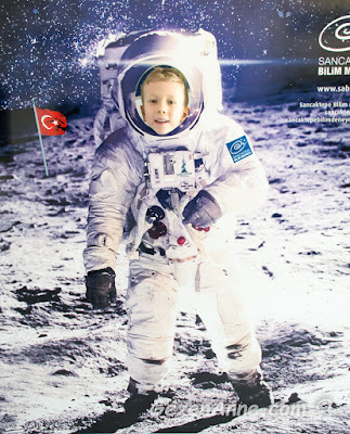 astronot kıyafeti içinde uzayda gezinen uzaya türk bayrağını dikmiş oğlum, Sancaktepe Bilim Merkezi İstanbul