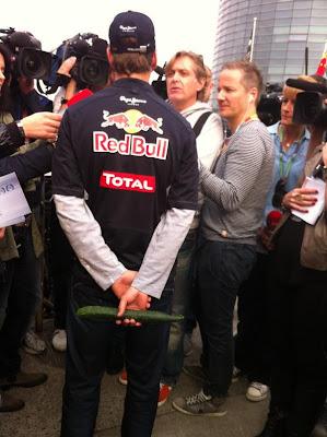 Себастьян Феттель с огурцом дает интервью на Гран-при Китая 2012