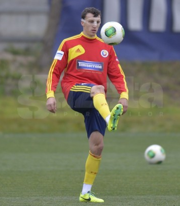Screen+Shot+2013 11 18+at+17.51.14 Spurs defender Vlad Chiriches appears in Romania training with a face mask [Pictures]