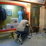 剛在跟老公討論這裁縫店外的座椅應該怎用,剛好有遊客立即示範了。