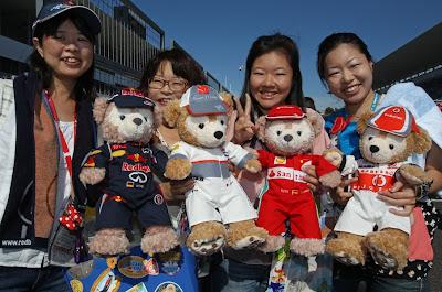 болельщики с плюшевыми медвежатами пилотов на Гран-при Японии 2012