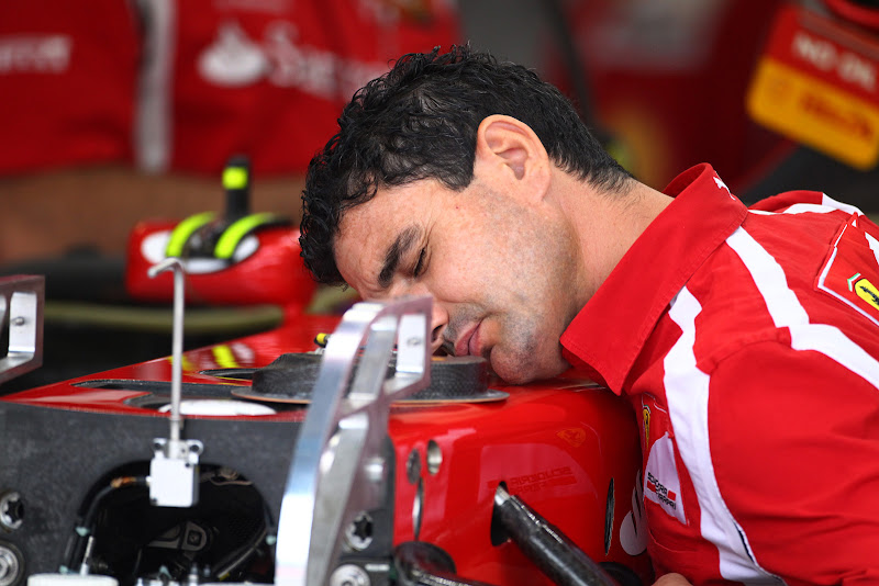 механик Ferrari спит на болиде на Гран-при Италии 2011