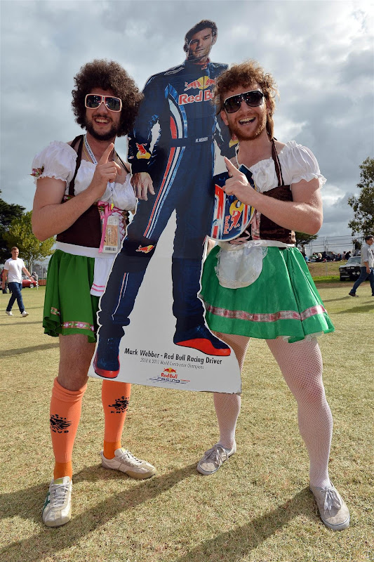 болельщики Марка Уэббера с картонной фигурой пилота на Гран-при Австралии 2013