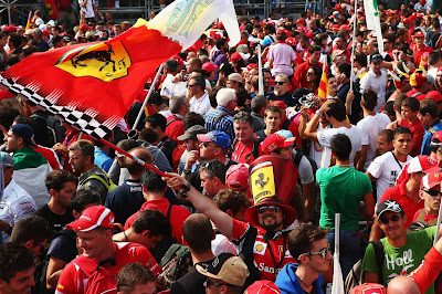 болельщик Ferrari в шляпе и с флагом в Монце на Гран-при Италии 2013