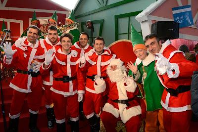 пилоты Ferrari в нарядах Санты в Маранелло 16 декабря 2012
