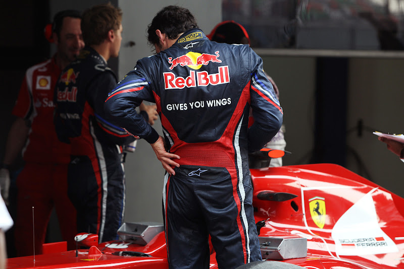 Марк Уэббер разглядывает болид Ferrari после квалификации на Гран-при Индии 2011