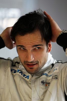 Витантонио Льюцци гладит себя по голове на Гран-при Австралии 2011