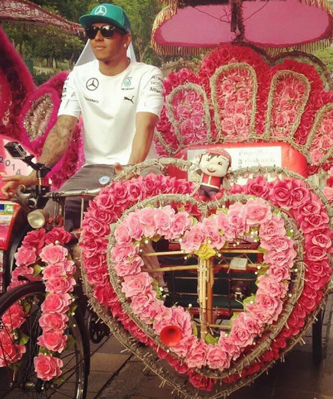 Льюис Хэмилтон на цветочном велосипеде по Куала-Лумпуру перед Гран-при Малайзии 2014