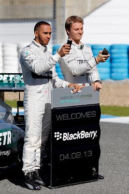Льюис Хэмилтон и Нико Росберг с телефонами BlackBerry на презентации Mercedes W04 в Хересе 4 февраля 2013