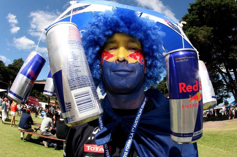 болельщик Red Bull разукрашенный в цвета любимой команды и кепки с банками на Гран-при Австралии 2012