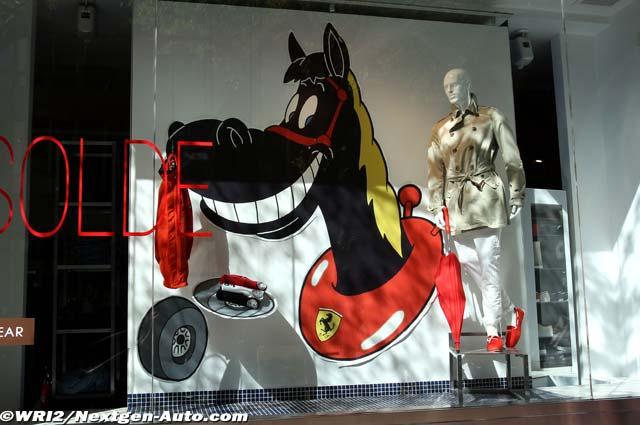 лошадка Ferrari на витрине магазина в Монреале на Гран-при Канады 2012