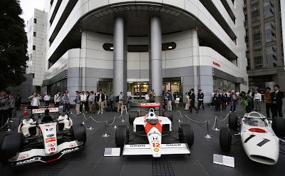 болиды Honda и McLaren перед штаб-квартирой Honda в Токио 16 мая 2013