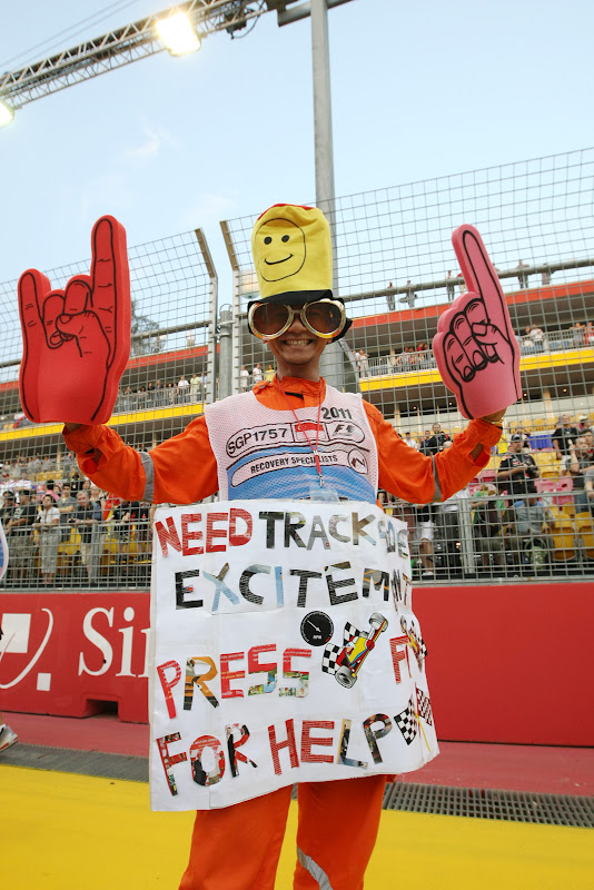 маршал с забавной табличкой и в костюме на Гран-при Сингапура 2011