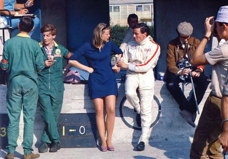 Джим Кларк предлагает мороженое девушке на Гран-при Италии 1967