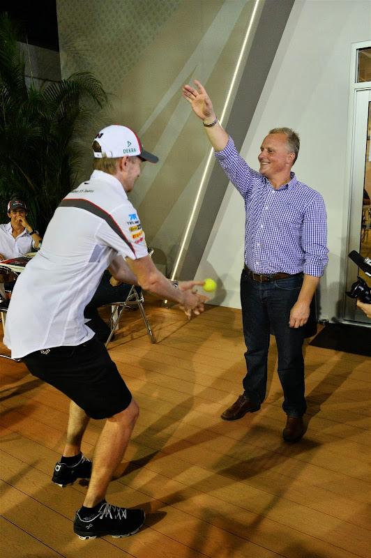 Джонни Херберт бросает мячик Нико Хюлькенбергу на Гран-при Сингапура 2013