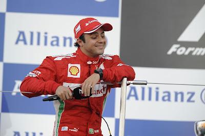 улыбающийся Фелипе Масса с микрофоном на подиуме Сузуки на Гран-при Японии 2012