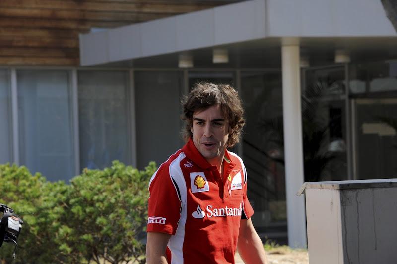 Фернандо Алонсо гуляет по паддоку Йонама на Гран-при Кореи 2011