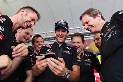 Марк Уэббер смеется вместе с механиками на Гран-при Европы 2011