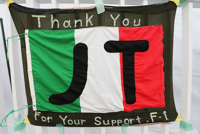 Thank You JT - баннер болельщиков Ярно Трулли на Гран-при Японии 2012