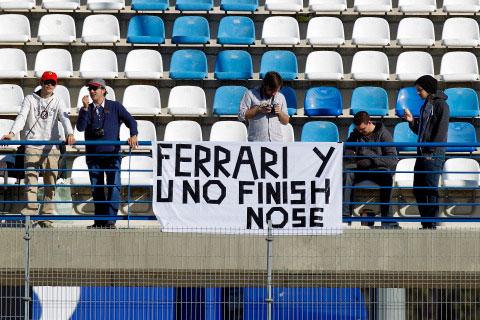 послание болельщиков Ferrari на трибунах на предсезонных тестах 2012 в Хересе