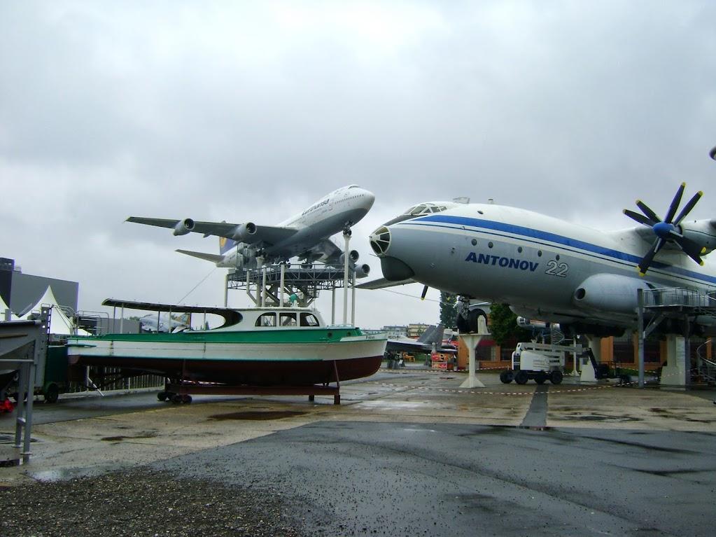 AN 22 und Boing 747 auf dem Freigelände