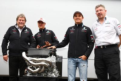 Норберт Хауг Михаэль Шумахер Нико Росберг Росс Браун демонстрируют мотор Mercedes GP на Гран-при Венгрии 2011