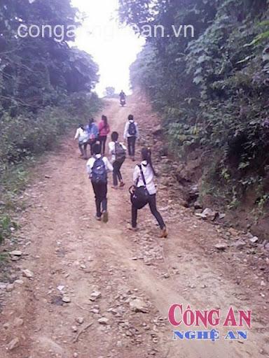 Để đến trường, các em phải đi bộ gần 8km trên con đường dốc đứng nguy hiểm